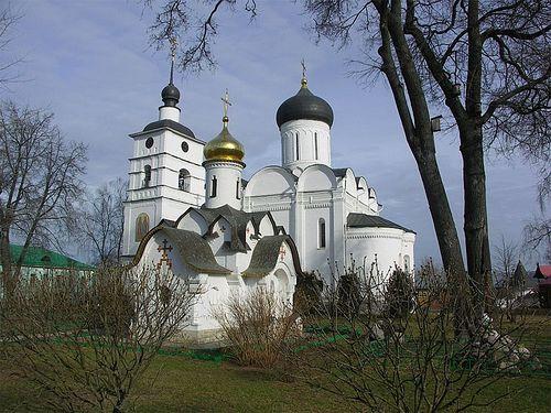 Свято-Духовская часовня и Борисоглебский собор в Борисоглебском монастыре города Дмитров Московской области