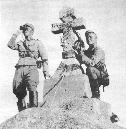 Ristisaaren patterin päällikkö tähystää Laatokkaa Haapasaaren ristillä 1942