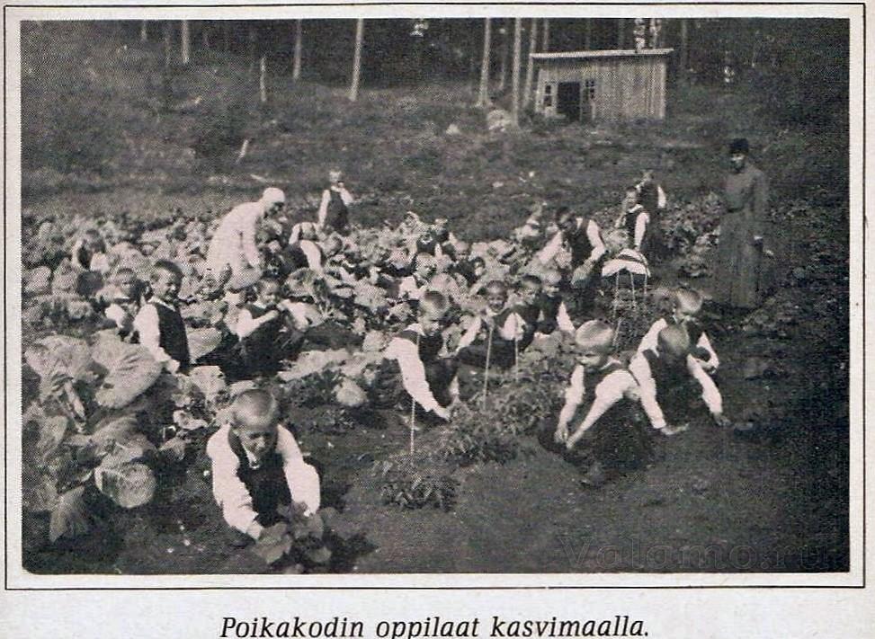 Воспитанники детского дома на огороде. ©Е.Salakka. Lapsuuteni vanha Valamo. 1980.