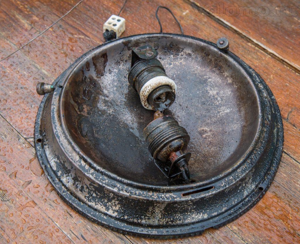 Декоративный светильник с двумя патронами под лампы. Поднято с «Walamon Luostari»
