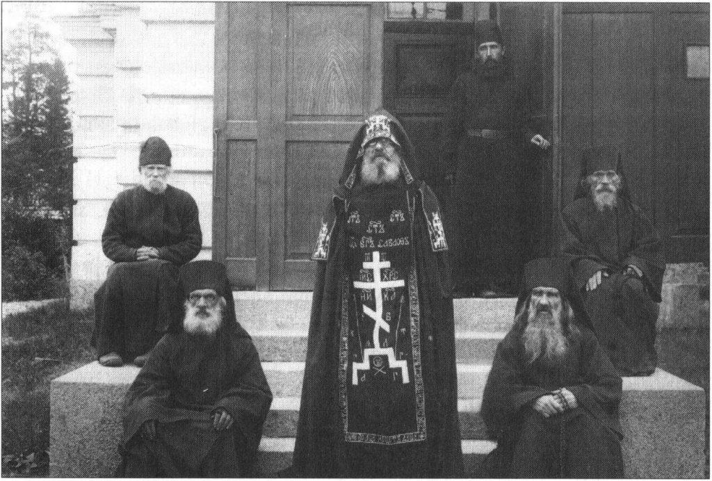 sximnik sredi monaxov i poslushnikov konevskogo monastyrya. 1900 e. iz kn. ladozhskoe ozero
