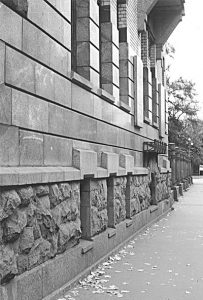 Два розовых (внизу) и серый (вверху) граниты использованы в окладе стен особняка М.Ф. Кшесинской
