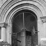 Все детали портала и стены костела – гранит. Ковенский пер., 7