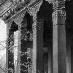 Гранитные пилоны в портале буддийского храма