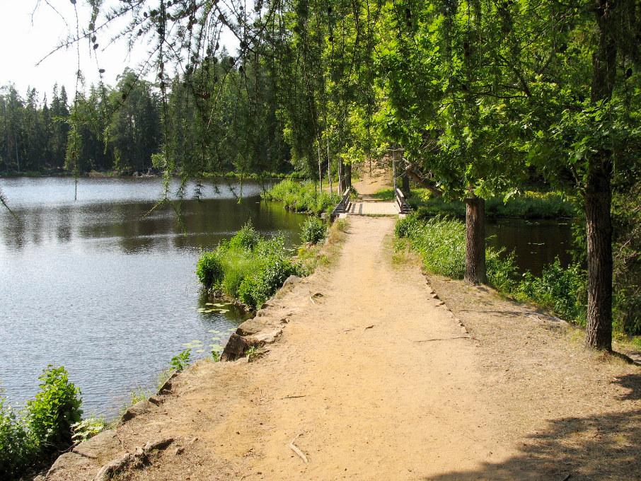 Мостик через протоку, соединяющую озёра Игуменское и Мустоярви. Фото: Возлядовская А.М., Гуминенко М.В.