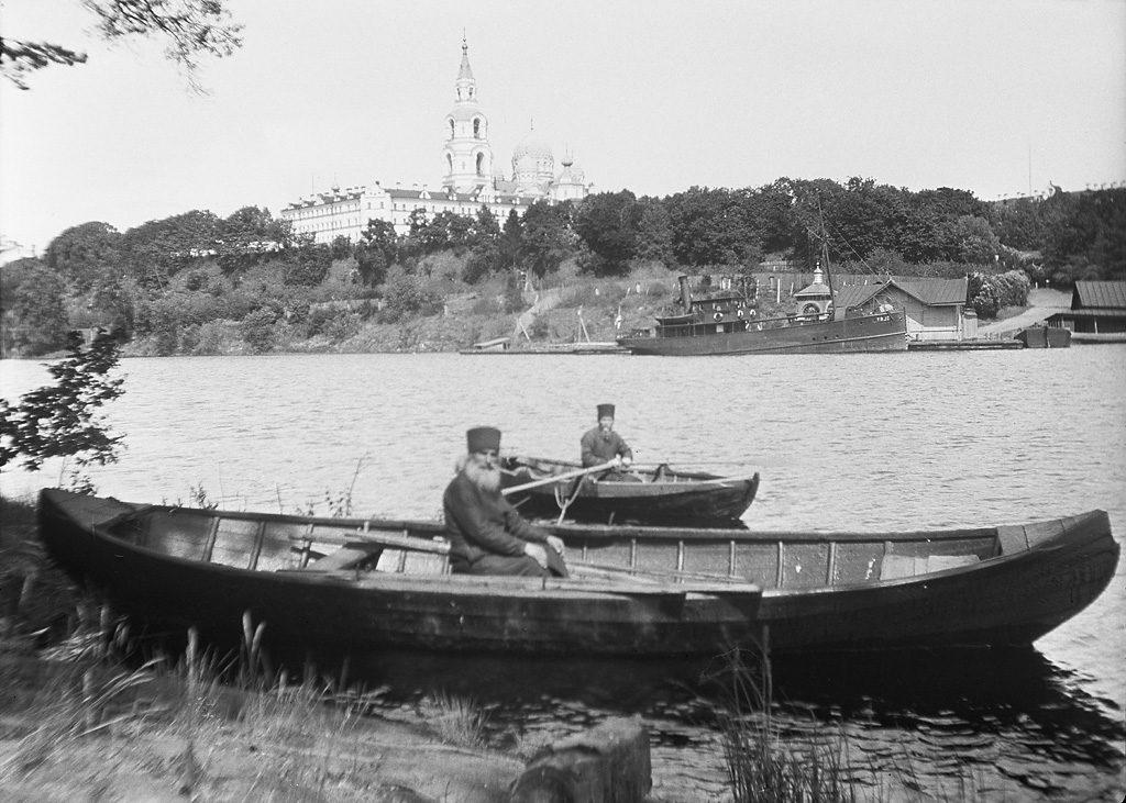 """Монахи на лодках на Ладожском озере. На заднем плане остров Валаам Альбом: """"Монахи Валаамского монастыря"""""""