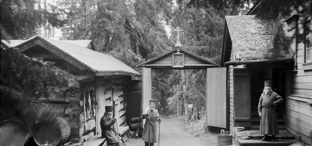 """Монахи возле монастырских зданий в лесу Альбом: """"Монахи Валаамского монастыря"""""""