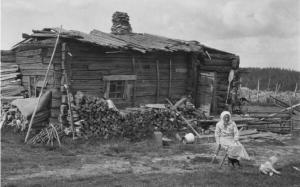vo-dvore-doma-karelskoj-derevni-korpiselka-korpiselka