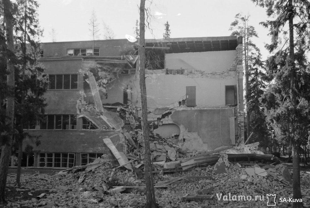 Северный угол монастырской гостиницы разрушен бомбовым попаданием