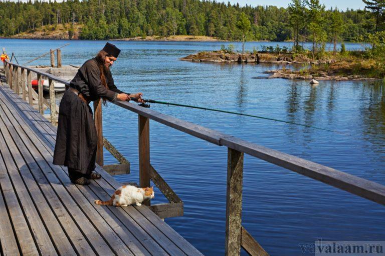 Монах на рыбной ловле. Фото: valaam.ru.