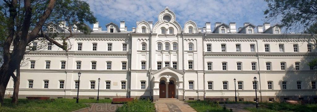 Фасад Зимней гостиницы. 2020. Фото: Я. Гайдукова.